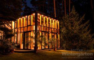Wintergarten Holz Alu zweigeschossig groß Beleuchtung