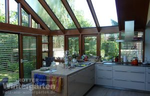 Wintergarten Holz Aluminium großzügige Küche lichtdurchflutet